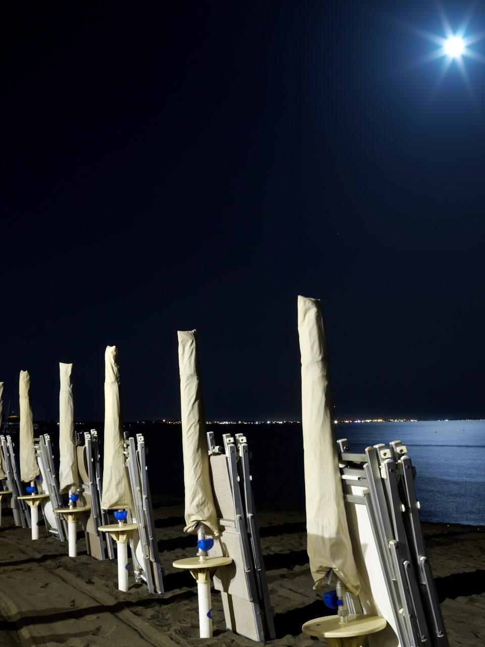 https://www.planetavenue.com/wp-content/uploads/2018/11/beach-under-full-moon-PNK9XTB-960x1280.jpg